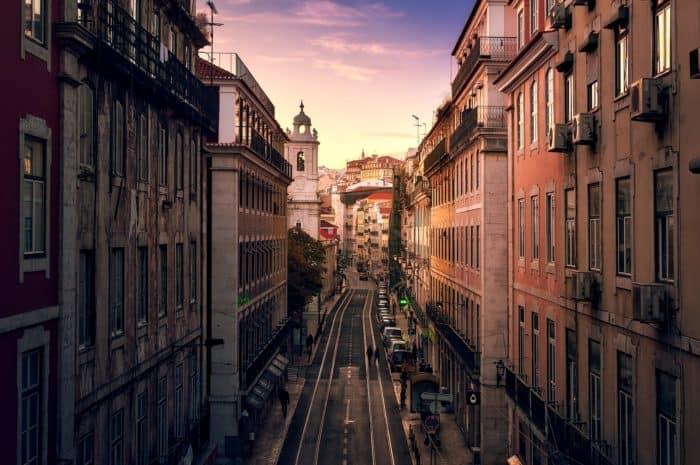 Urlauber als Baumdekoration: Interaktiver Winterzauber in Lissabon