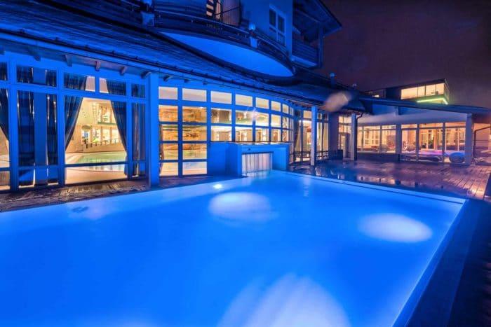 Schwimmbad bei Nacht beleuchtet