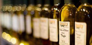 Es gibt die Qualitätsstufen natives Olivenöl fein, mittelfein und rein.