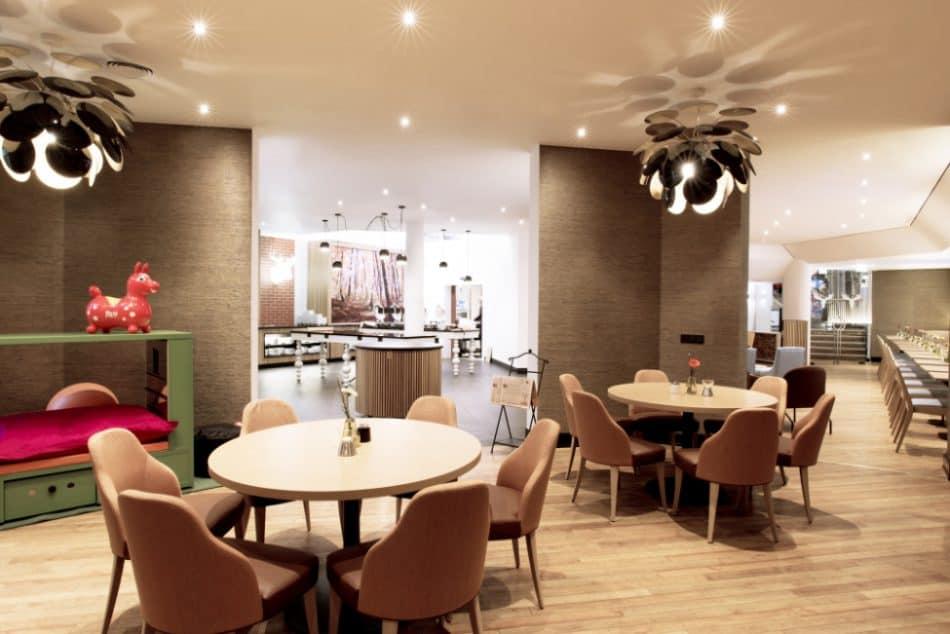 Das Scandic Berlin Kurfürstendamm ist ein frisch renoviertes Hotel in der westlichen Innenstadt von Berlin, in der Nähe vom bekannten Warenhaus KaDeWe.