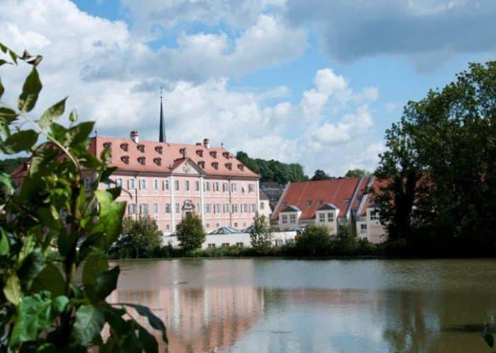Inmitten seiner Schlossparkanlage und dem 18-Loch-Golfplatz, nahe Würzburg, Nürnberg und Bamberg, empfängt Sie das außergewöhnliche Lindner Hotel Schloss Reichmannsdorf stilvoll-stilecht und en vogue barock!