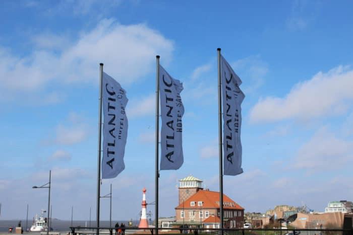 Flaggen vor dem Hotel Bremerhaven