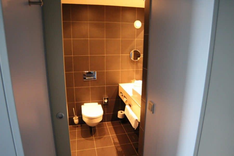 Blick-ins-Badezimmer-e1521181034965 ATLANTIC Hotel Sail City Bremerhaven: höchster Hotel-Komfort