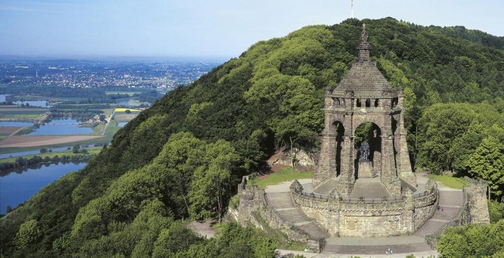 Kaiser-Wilhelm-Denkmal auf einem bewaldeten Berg bei Porta Westfalica