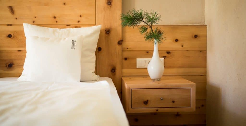 """Was die Großmutter noch wusste:  Gesund schlafen mit der Kraft der Zirbe. Zirbenzimmer sehr gefragt  im """"Hotel zum Rosenbaum""""."""