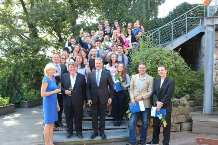 In Deutschland wird vielerorts händeringend nach gut ausgebildeten Facharbeitern gesucht und die Bedeutung einer praxisnahen Ausbildung beschworen.