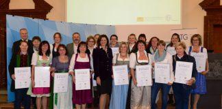 Bayerns Wirtschaftsministerin Ilse Aigner und DEHOGA Bayern-Präsidentin Angela Inselkammer übergeben Urkunden der Deutschen Hotelklassifizierung