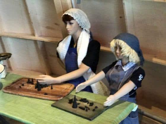 Modell Frauen bei der Fertigung von Räucherkerzen