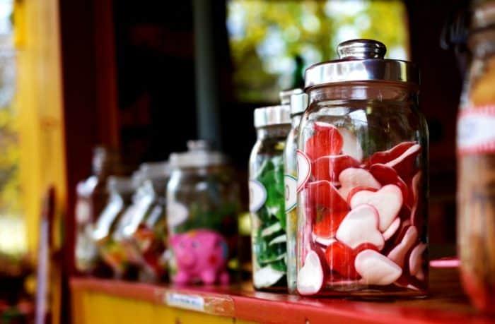 Ein hoher Zuckerkonsum kann zu einer ungesunden Gewichtszunahme und einem erhöhten Risiko von Adipositas und anderen Krankheiten führt.