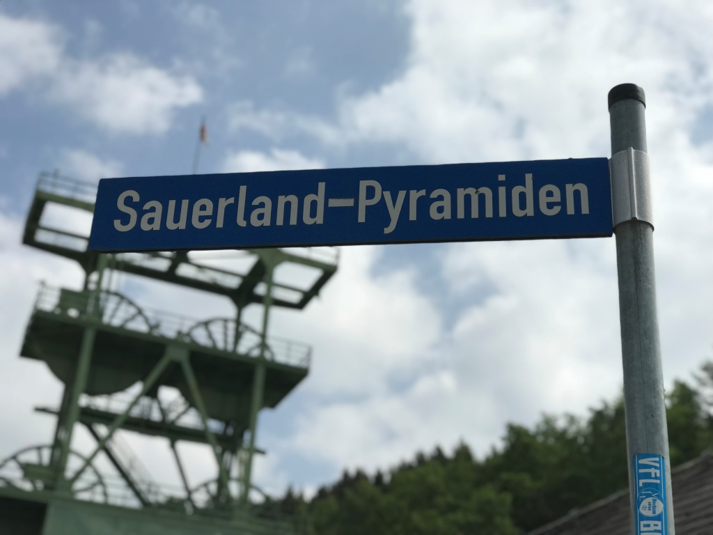 Hinweisschild Sauerland Pyramiden