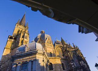 Der um 790 bis 800 erbaute Dom ist bau- und kunstgeschichtlich von universeller Bedeutung und eines der großen Vorbilder religiöser Architektur.