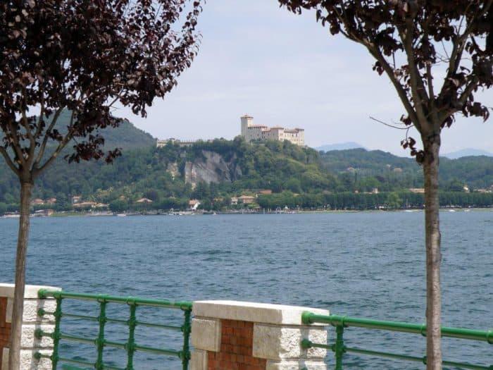 Die Burg Rocca di Angera lockt mit Kunstkonzept an den Lago Maggiore.
