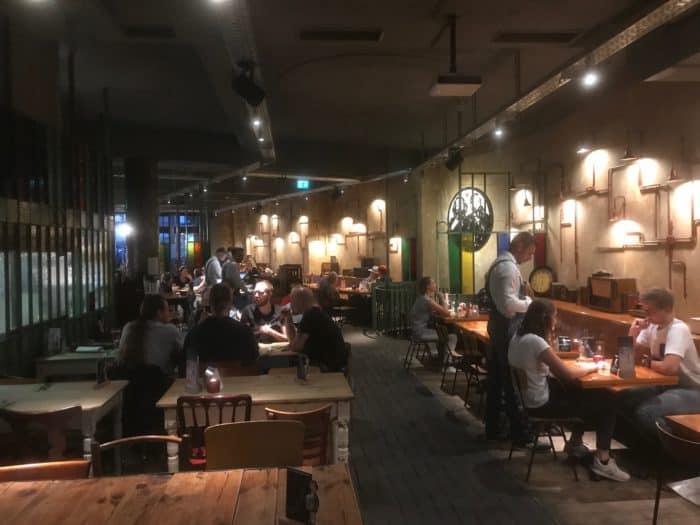 Blick ins Restaurant Marx & Enegls