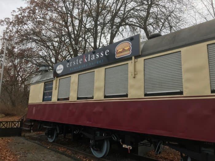 Erste Klasse Burger im Wagonabteil