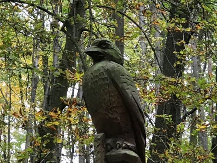 Holzvogel auf Gelände Bärenpark Worbis