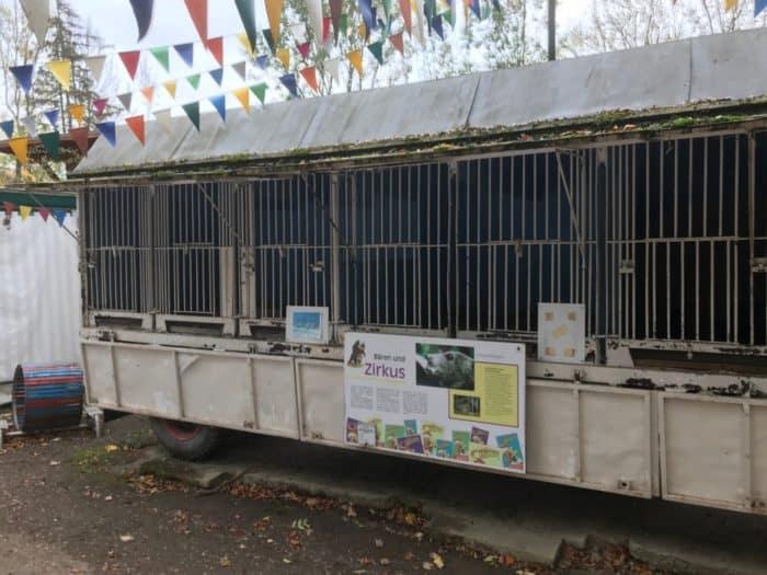 Bärenunterkunft im Zirkuswagen