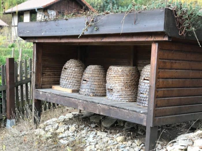 Historische Bienenkörbe im Bärenpark Worbis