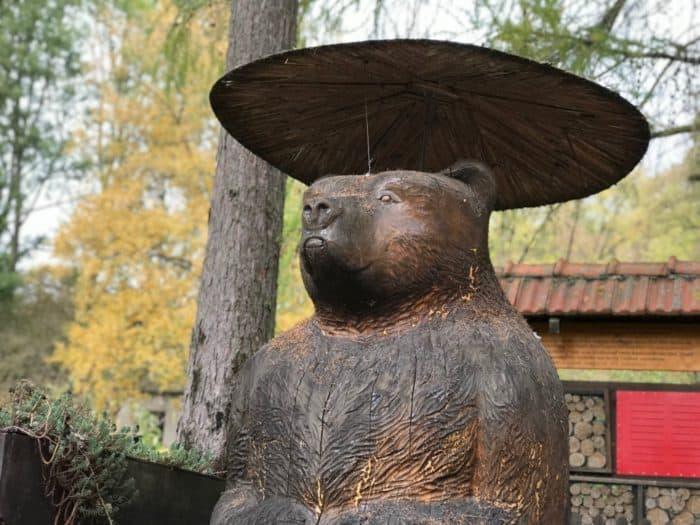 Holzbär auf dem Gelände Bärenpark Worbis