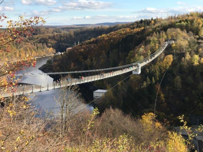Gesamtansicht der Brücke von der Staumauer aus