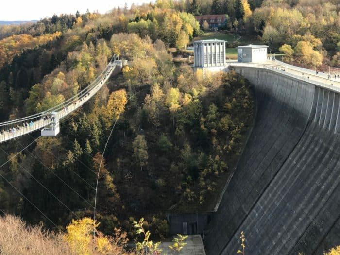 """Weiterer Blick auf Staumauer Rappbodetalsperre von Hängebrücke """"Titan-RT"""""""