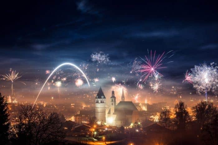 Kitzbühel startet mit großem Feuerwerk und Ski-Show ins neue Jahr