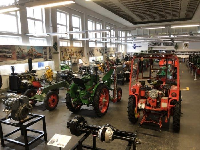 Blick auf die Traktor-Sammlung des Museums
