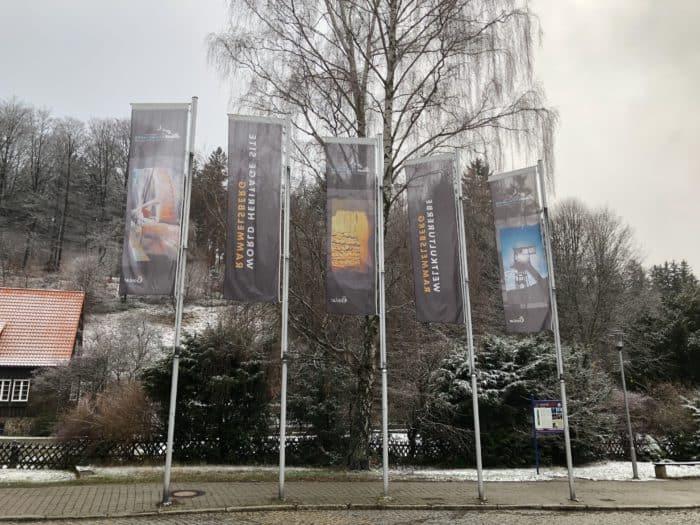Fahnen vor dem Eingang des Besucherbergwerks
