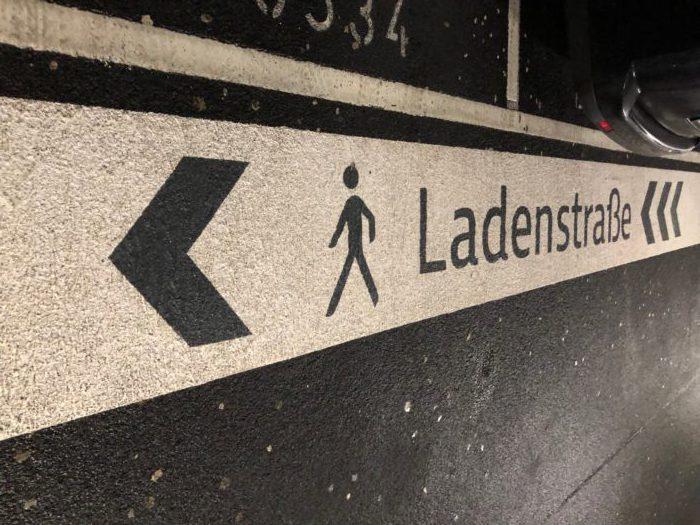 Beschriftung Ladenstraße - klare Wege vom Parkhaus ins Center