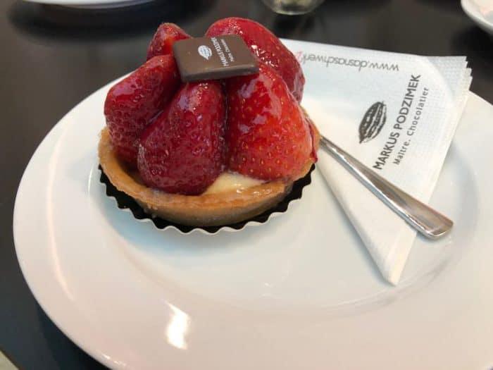 Leckeres Erdbeertörtchen mit frischen Früchten