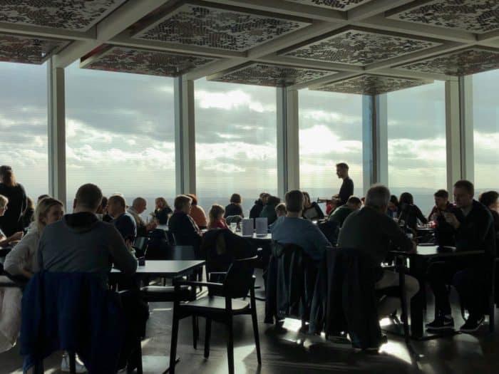 Gemütlicher Restaurant-Bereich mit direktem Rhein-Blick