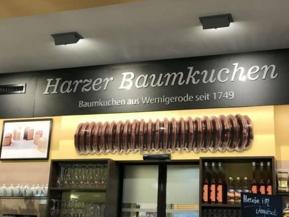 baumkuchenhaus_wernigerode_theke-585x439 Tradition und Schaubacken: Harzer Baumkuchen aus Wernigerode