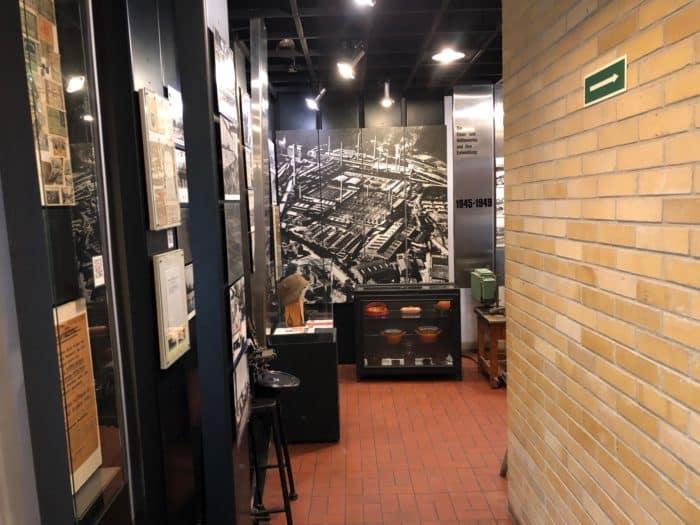 Blick in Ausstellung mit Foto der Werksanlagen