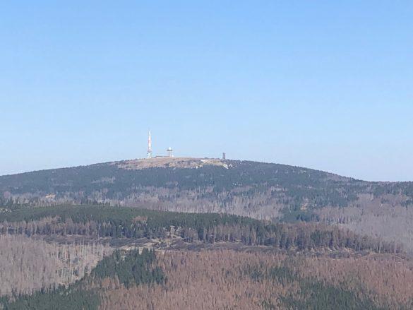 blick_vom_wurmberg_auf_brocken-585x439 Wurmbergseilbahn und Wurmberg: Ort für Superlative im Harz