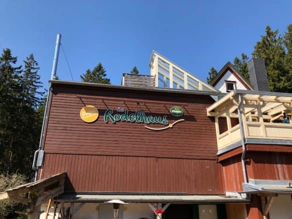 das_rodelhaus_wurmberg_schild-585x439 Wurmbergseilbahn und Wurmberg: Ort für Superlative im Harz