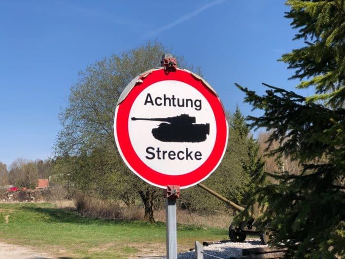 Achtung: Panzer kreuzen die Straße