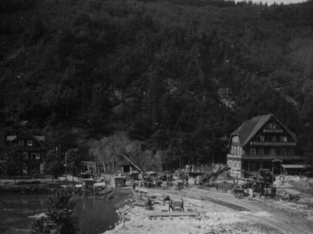 Ausbau vor Höhle für Junkers, recht das Gasthaus