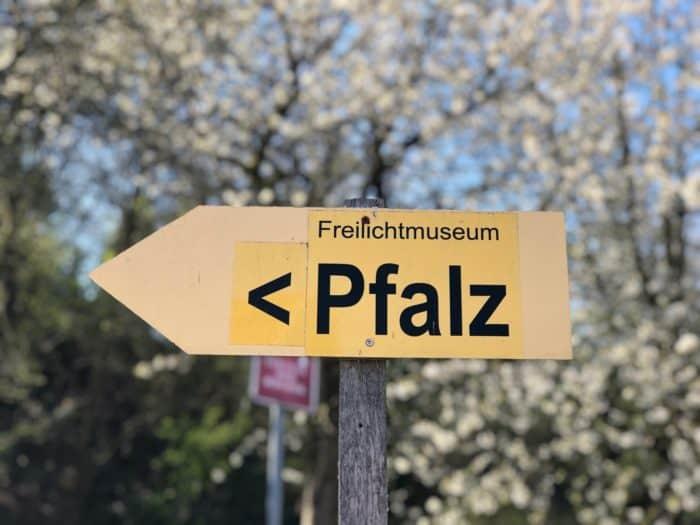 Wegweiser zur Pfalz