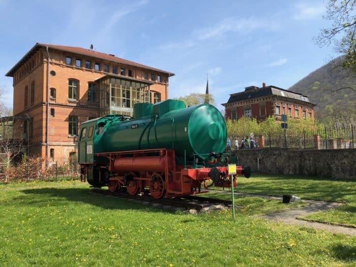 Dampfspeicherlokomotive des ehemaligen Hüttenwerkes vor dem Museum