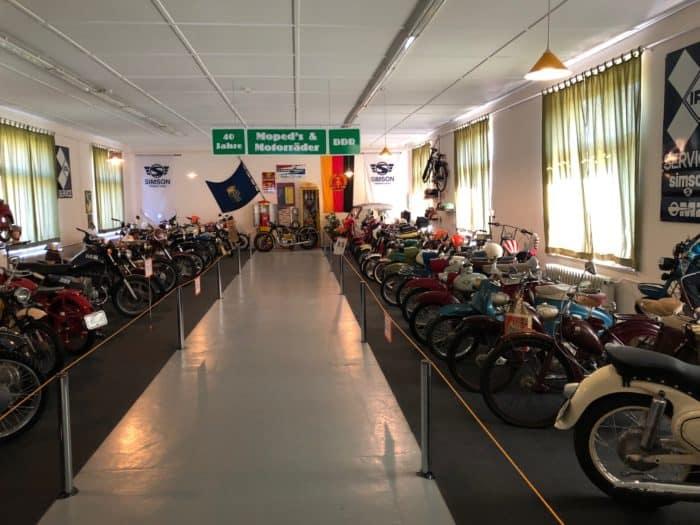 Motorradabteilung mit historischen Fahrzeugen