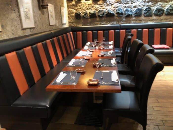 Klassisch eingedeckter Tisch