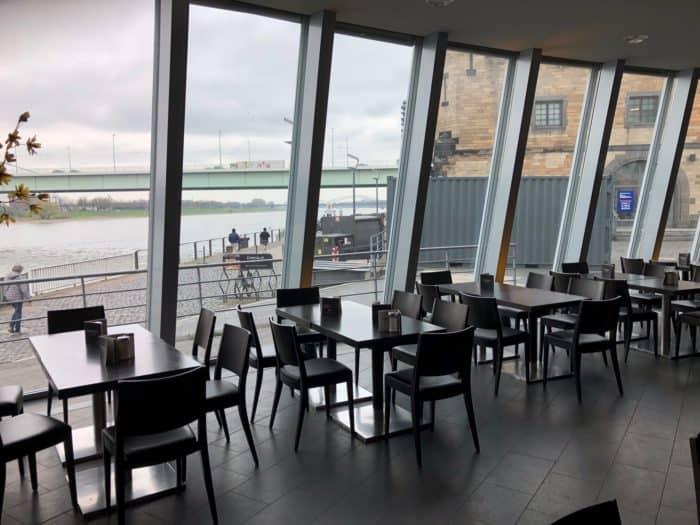 Ein Genuss: Leckeren Kuchen und Cafe mit Blcik auf den Rhein