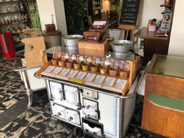 Auswahl an hochwertigen Senfsorten in der Senfmühle Köln