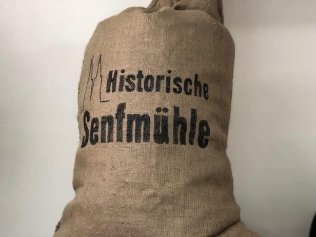 Sack mit Senfsaat in der Kölner Senfmühle