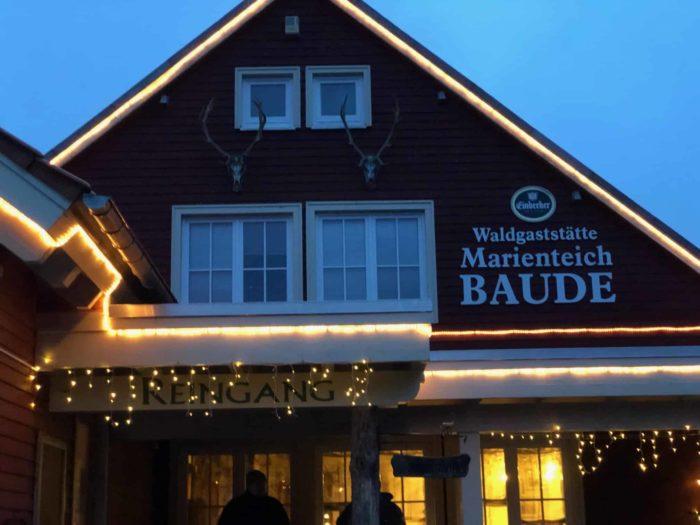 Außenansicht Restaurant Marienteichbaude bei Nacht