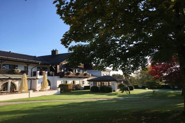 Außenansicht Hotel Gut Ising am Chiemgau