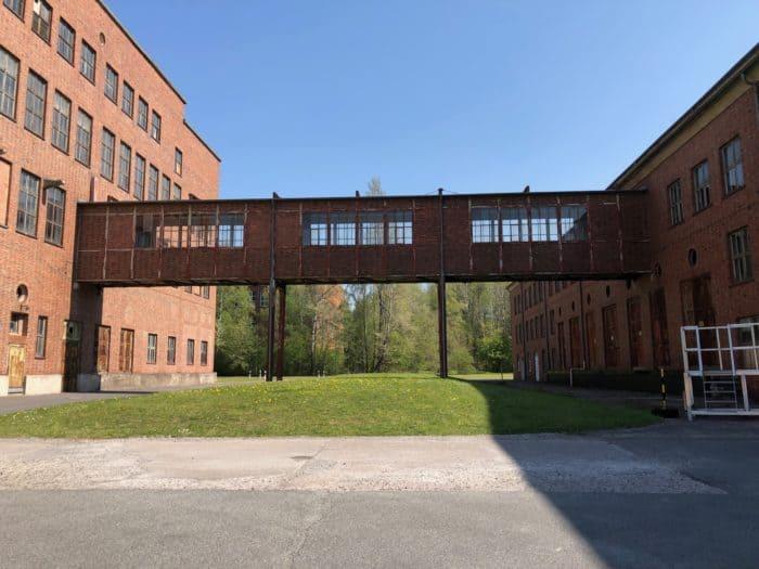 Früher und heute; Übergang vom ehemaligen Schickert-Produktionsgebäude