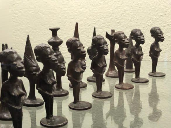 Schachfiguren aus Metall, Makonde-Schnitzereien