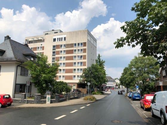 Blick aus Richtung Marienkrankenhaus auf das H+ Hotel Siegen