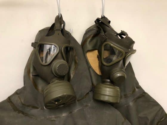 Gasmasken in der Dekontaminierungsabteilung