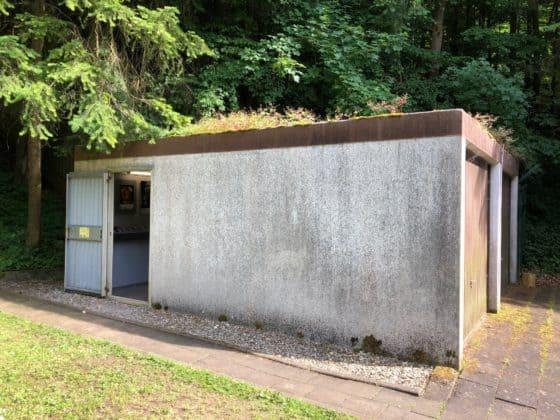 Als Garage getarnter Zugang zum Atombunker